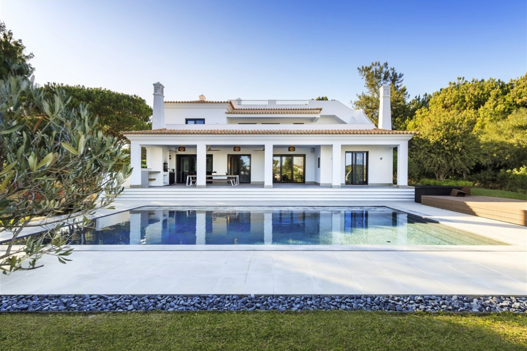 Beautifully furnished modern villa, it is build on three levels to a luxurious standard located in Quinta Do Lago.