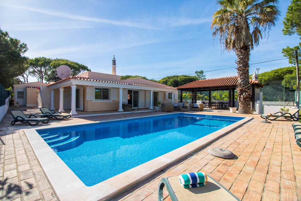 5 bed villa in Vale do Lobo has a good size garden and is fully enclosed.