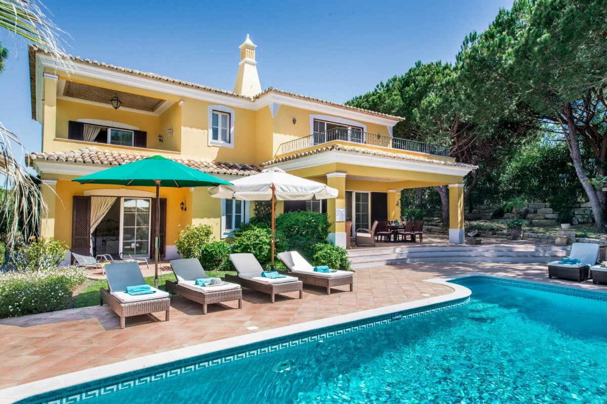 Traditional 4 Bedroom Villa Walking Distance to the Beach with Private Pool