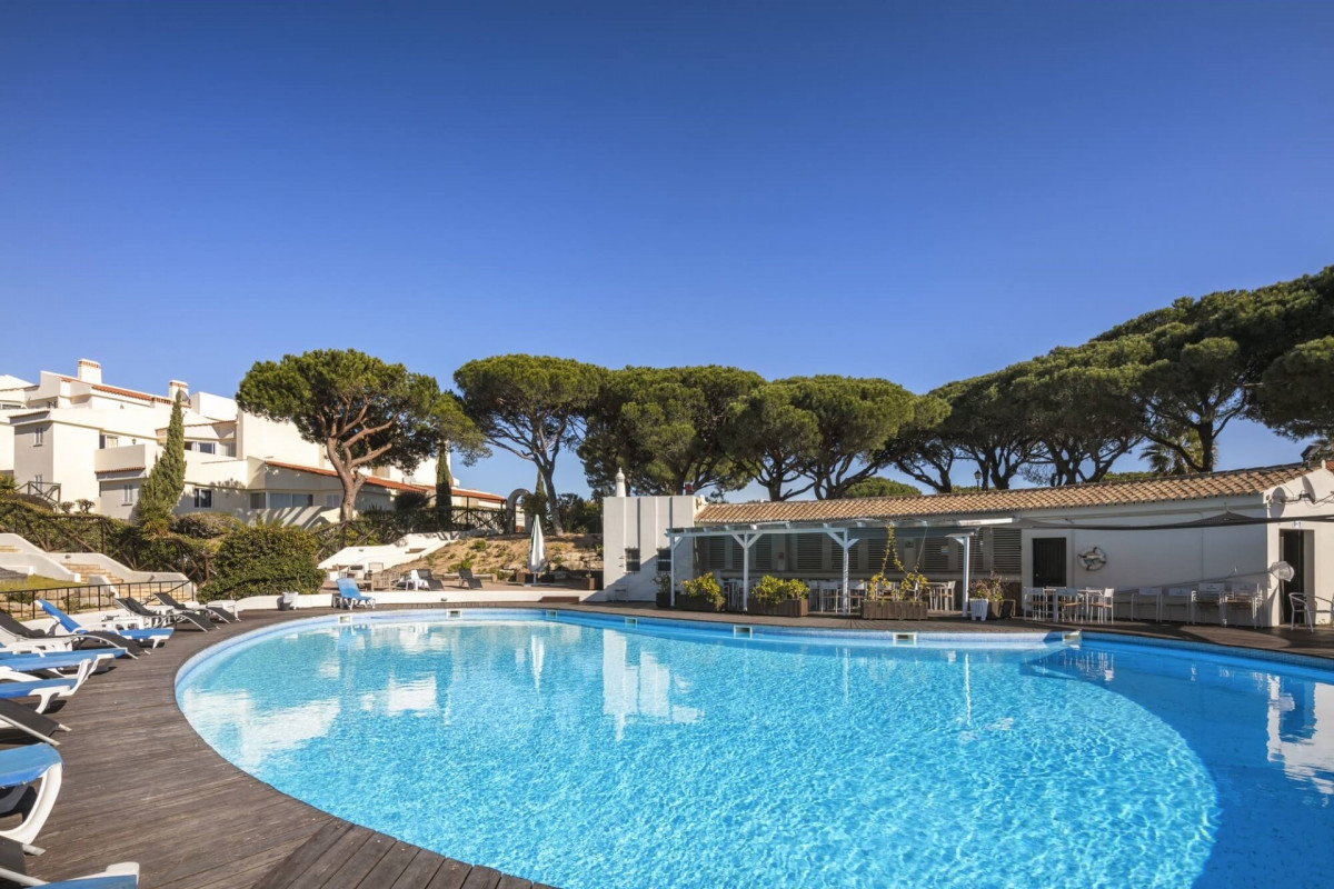 Modern 1 Bedroom Apartment, Walking Distance to Beach