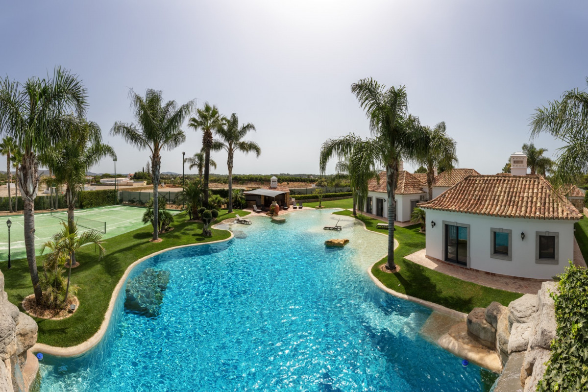 Luxury 4 Bedroom Villa with Pool & Waterfall