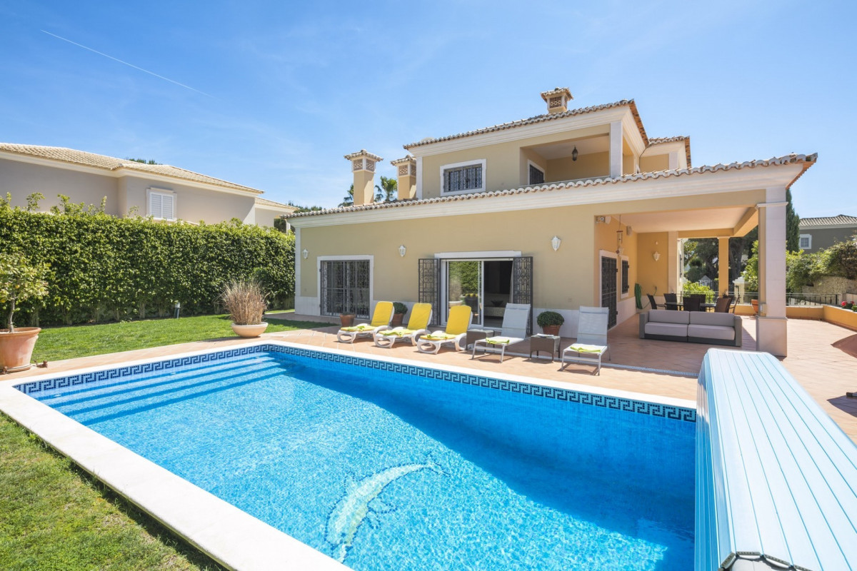 Stylish & Traditional 4 Bedroom Villa with Private Pool