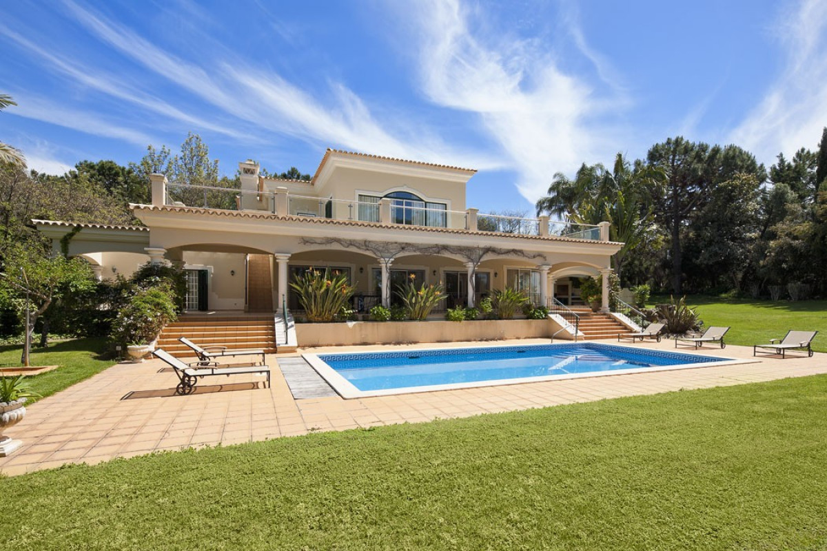 Traditional 4 Bedroom Villa with Large Grounds & Private Pool