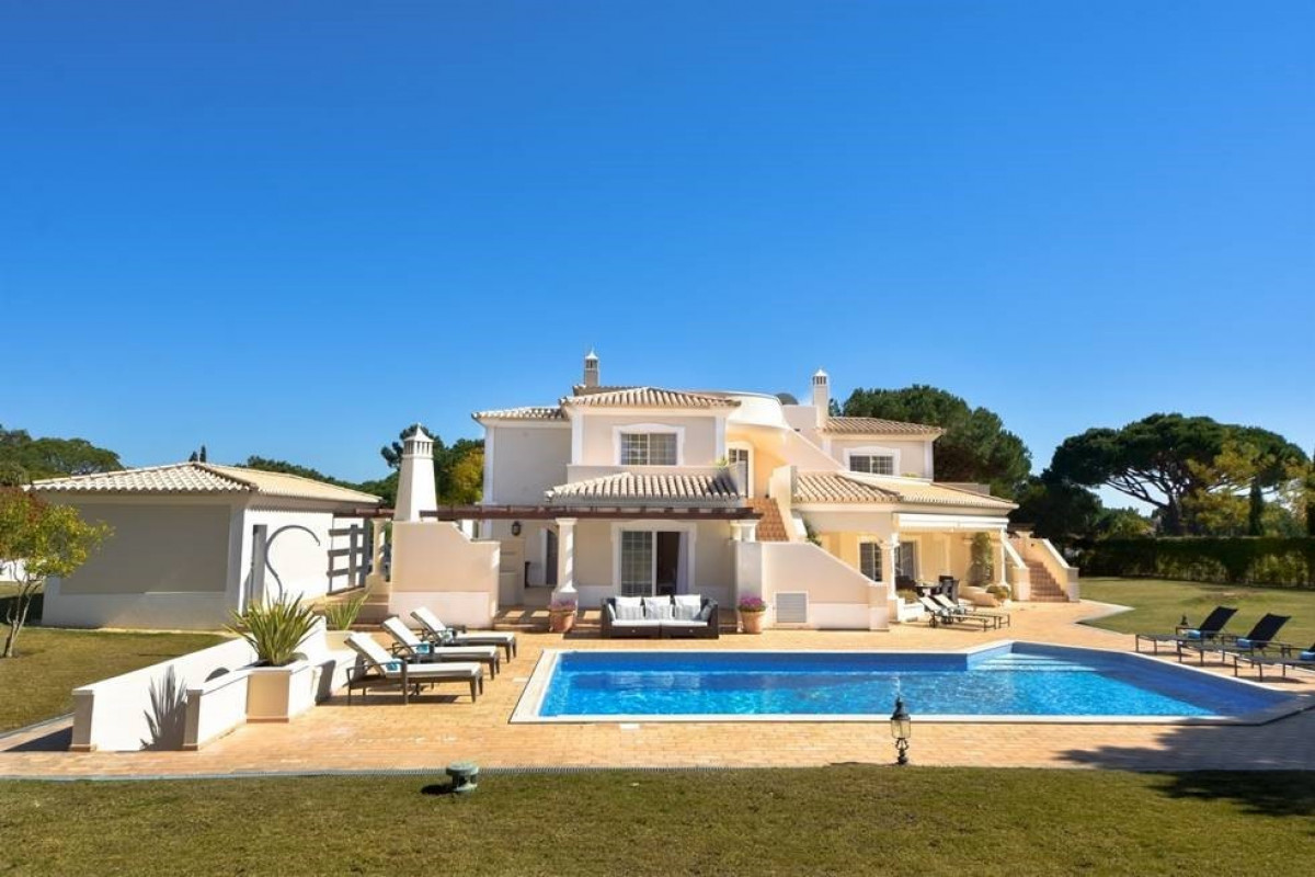 Traditional 4 Bedroom Villa with Large Garden & Private Pool