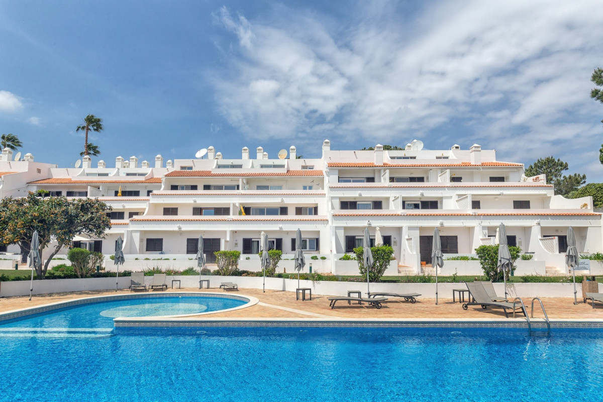 Modern 1 Bedroom Apartments with Communal Pool & Tennis Court