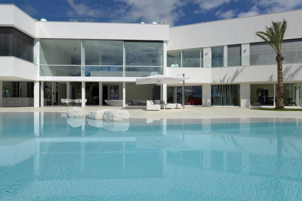 Modern 5 Bedroom Villa with Lagoon-Style Pool