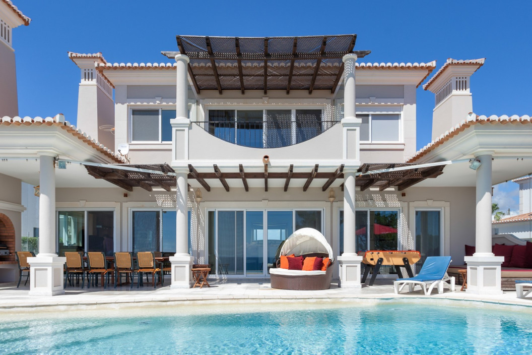 Modern 6 Bedroom Villa with Infinity Pool and Sea Views
