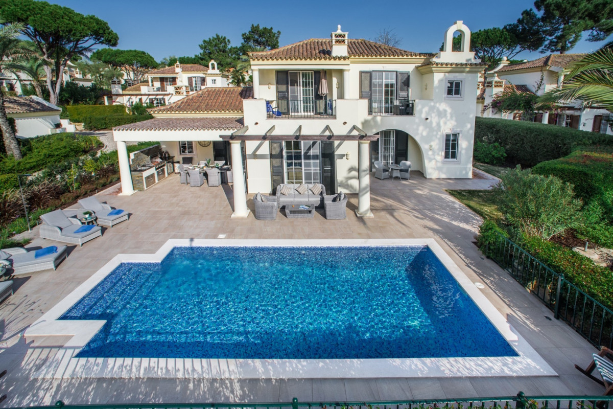Stylish, Modern 3 bedroom villa which is just a short distance from the beach, golf course and Quinta Shopping.