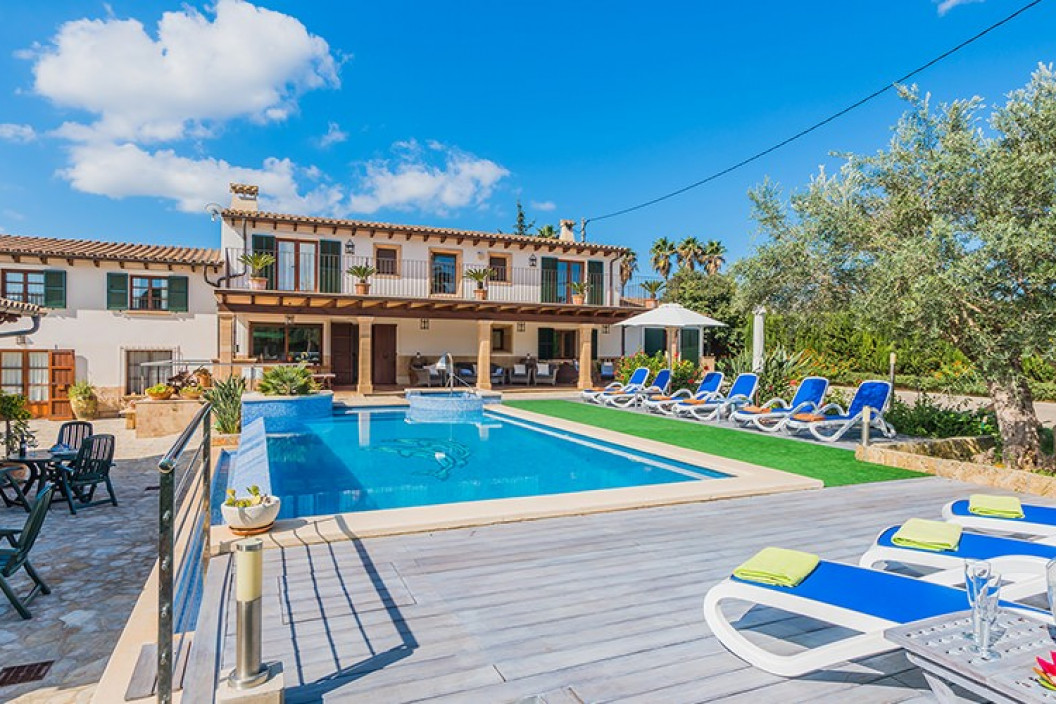 Traditional 5 Bedroom Villa with Large Private Pool