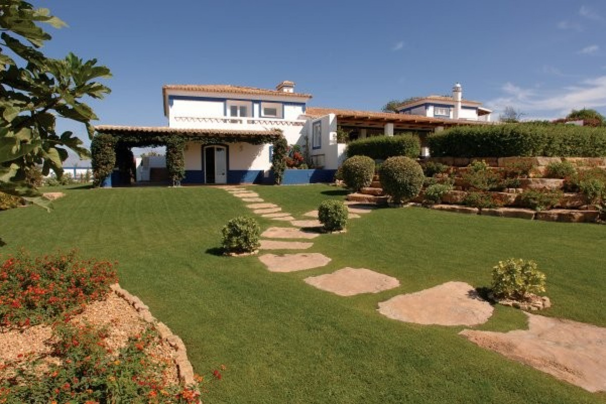 Traditional 9 Bedroom Villa with Games Room & Pool
