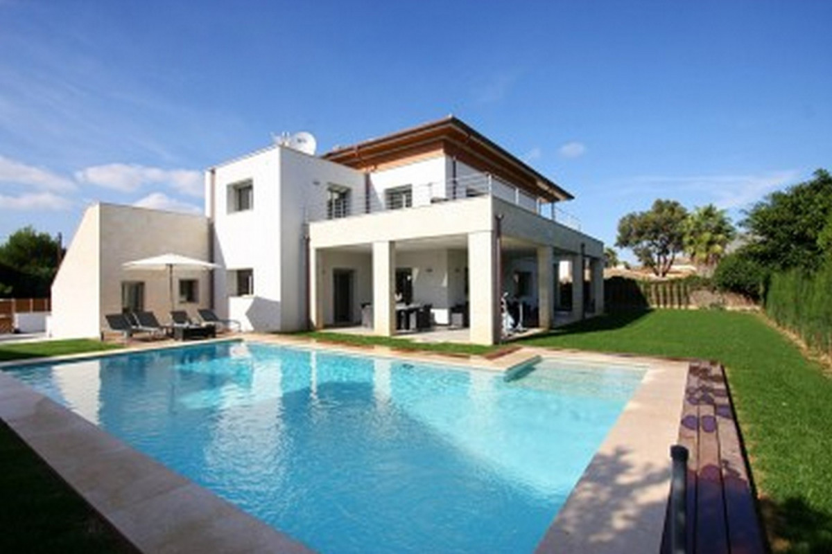 Modern 5 Bedroom Villa Close to The Beach with Private Pool