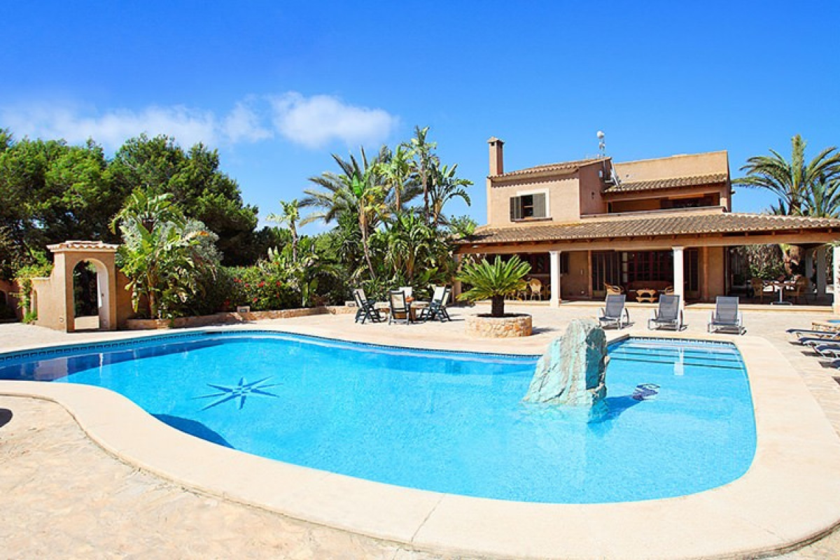 Traditional 6 Bedroom Villa with Private Pool