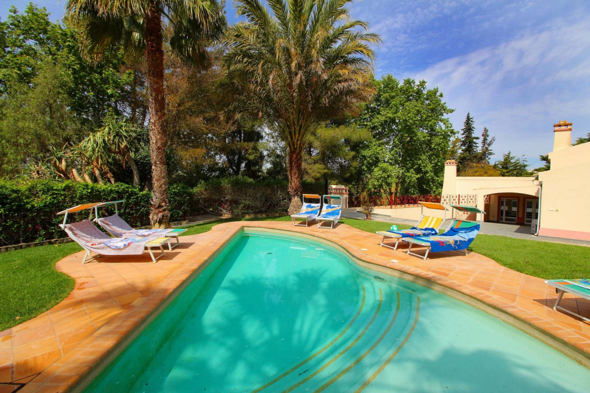 6 Bedroom Villa Sleeps 14 with Tennis Table, Sauna & Private Pool