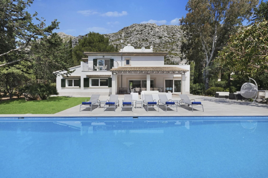 Modern 5 Bedroom Villa with Mediterranean Garden & Large Pool