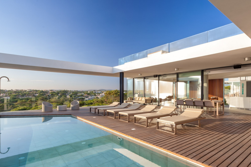 Modern 5 Bedroom Villa with Infinity Pool, Games Room & Bar