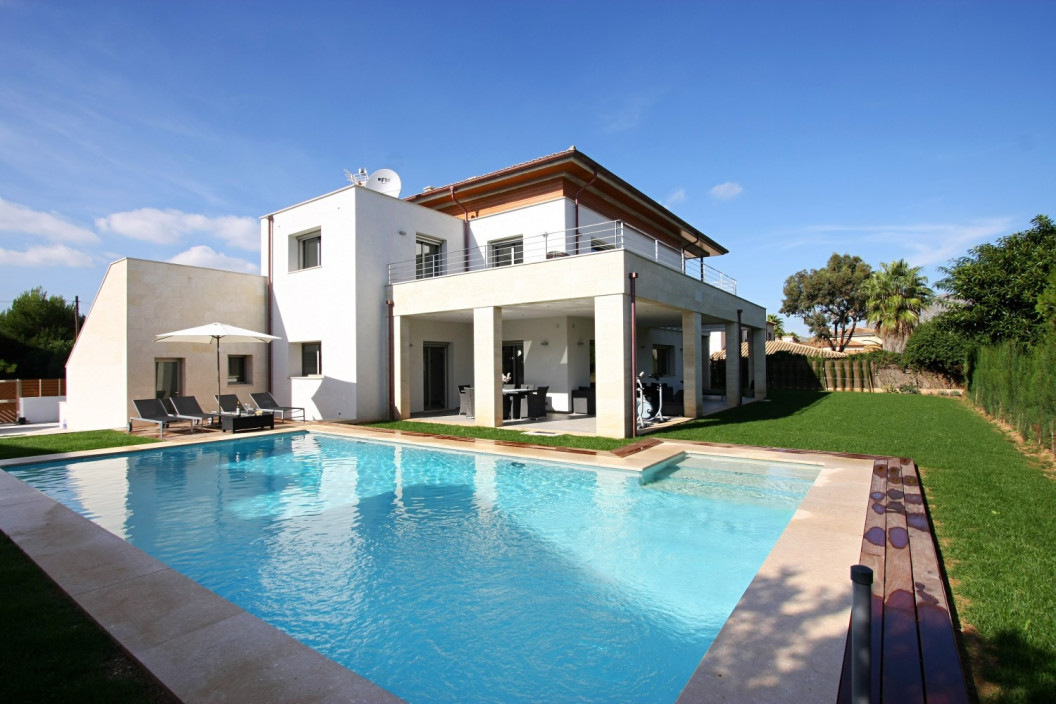 Modern 5 Bedroom Villa with Private Pool and Jacuzzi.