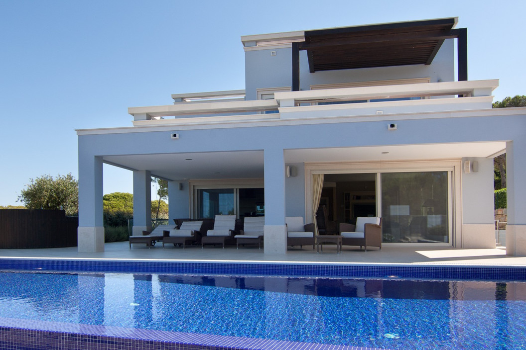 Modern 4 Bedroom Villa with Sea Views, Infinity Pool & Jacuzzi