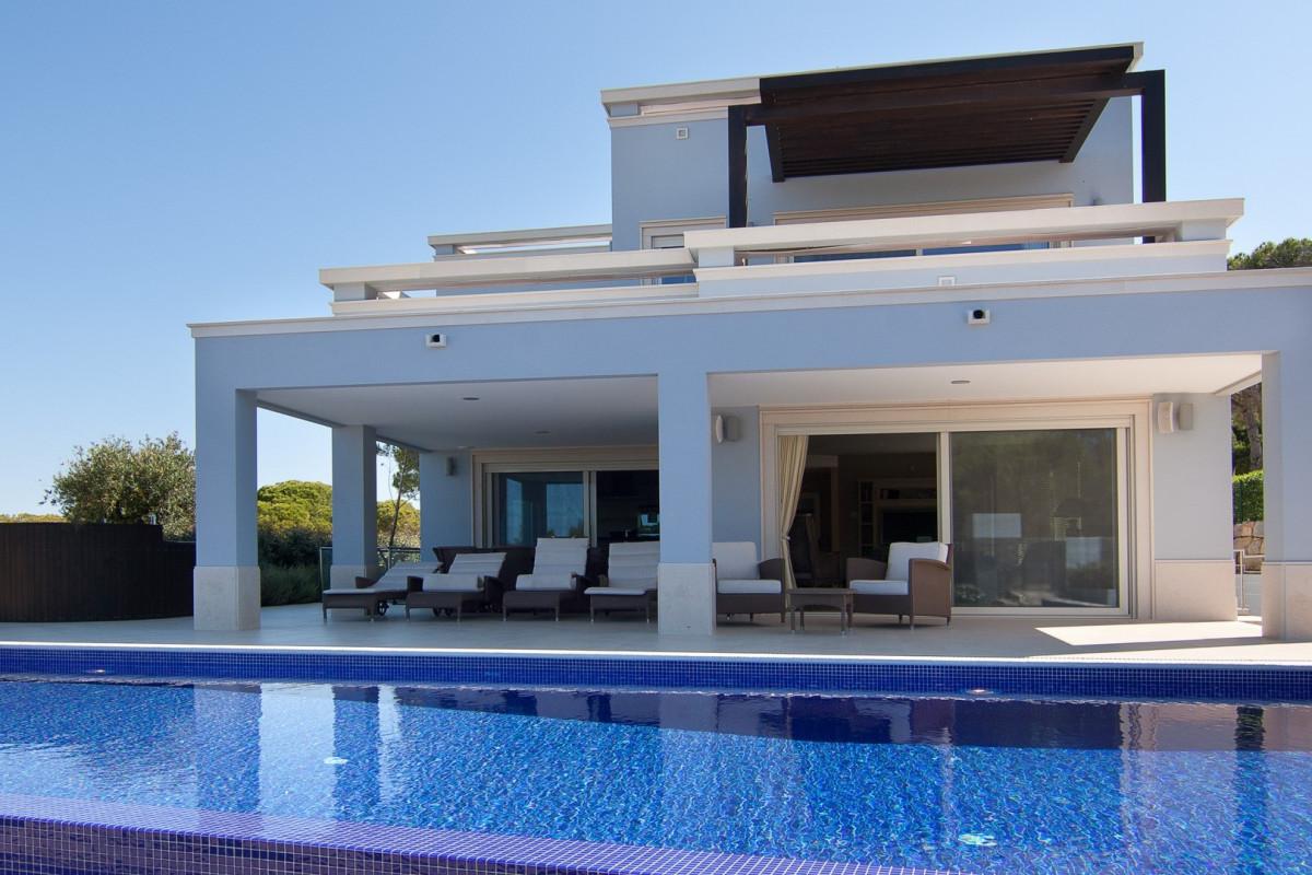 Modern 4 Bedroom Villa with Sea Views, Infinity Pool & Jacuzzi