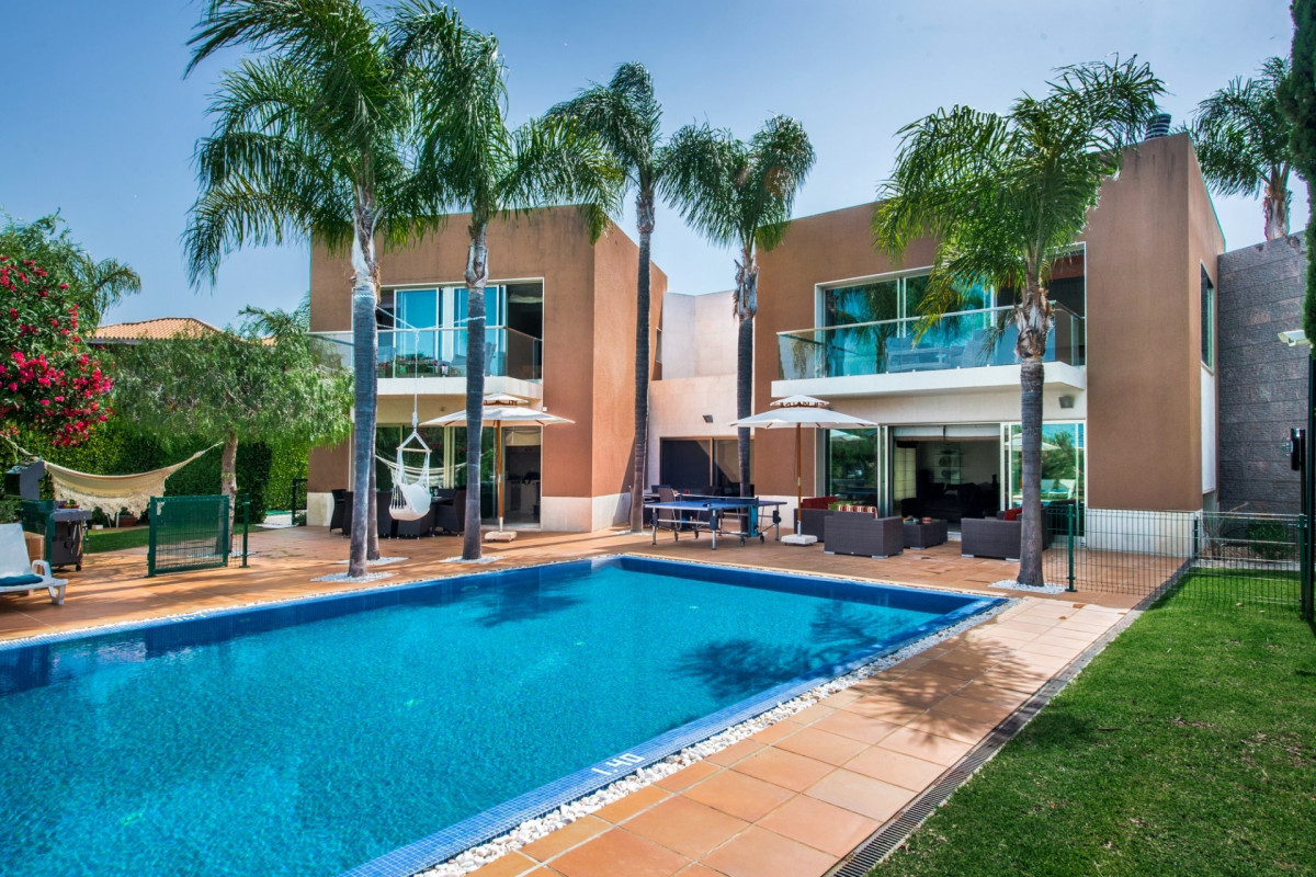 Modern 6 Bedroom Villa with Private Pool