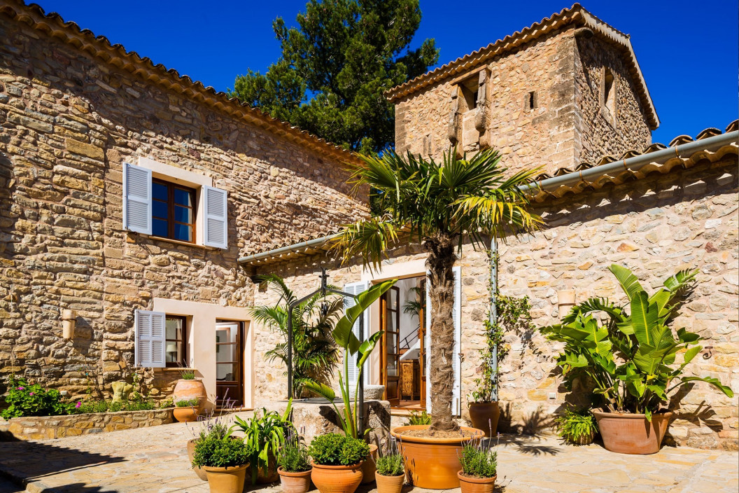 Villa Merce is a traditional and secluded four bedroom Mallorcan villa. This villa is full of history as the original turret dates back to the 13th century.