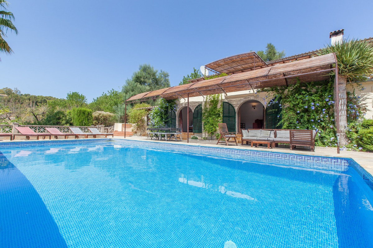 Traditional 5 Bedroom Villla with Pool and Mountain Views