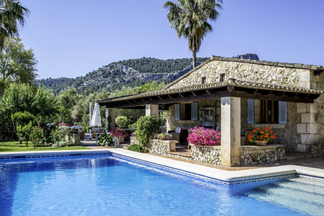 Traditional 4 Bedroom Villa with Private Pool & Mountain Views