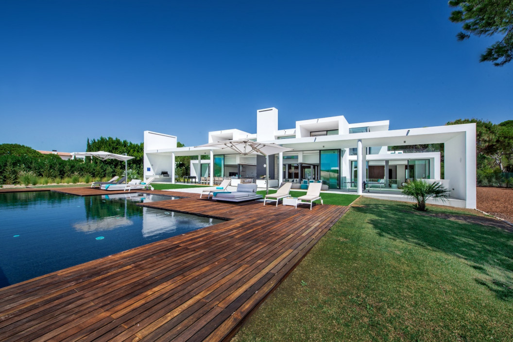 Spacious & Modern 6 Bedroom Villa with Infinity Pool
