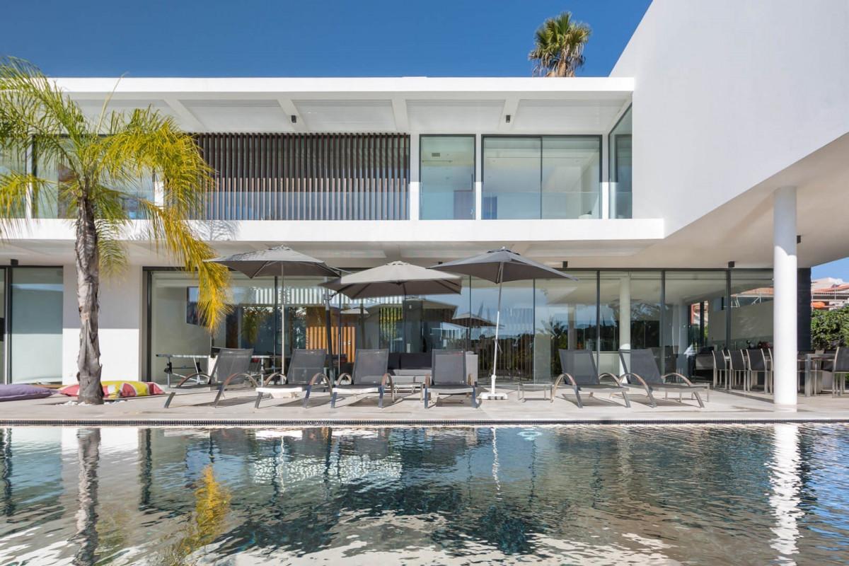 Modern 5 Bedroom Villa with Infinity Pool, Games Room & Cinema Room