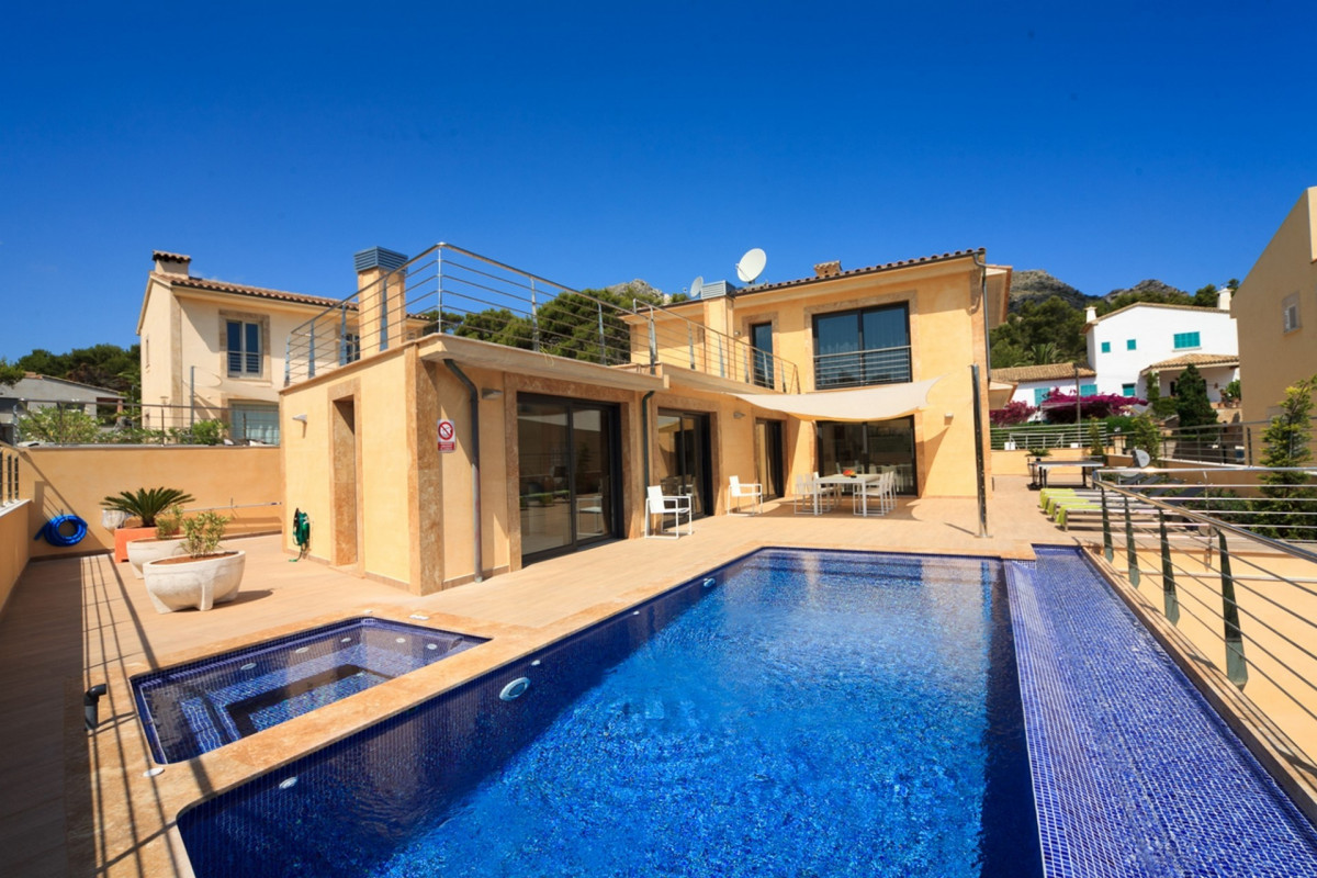 Modern 4 Bedroom Villa with Private Pool & Jacuzzi