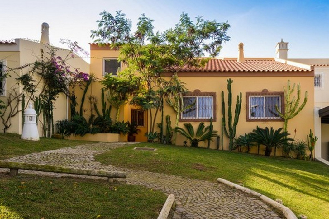 Traditional 4 Bedroom Villa with Private Pool & Golf Course Views