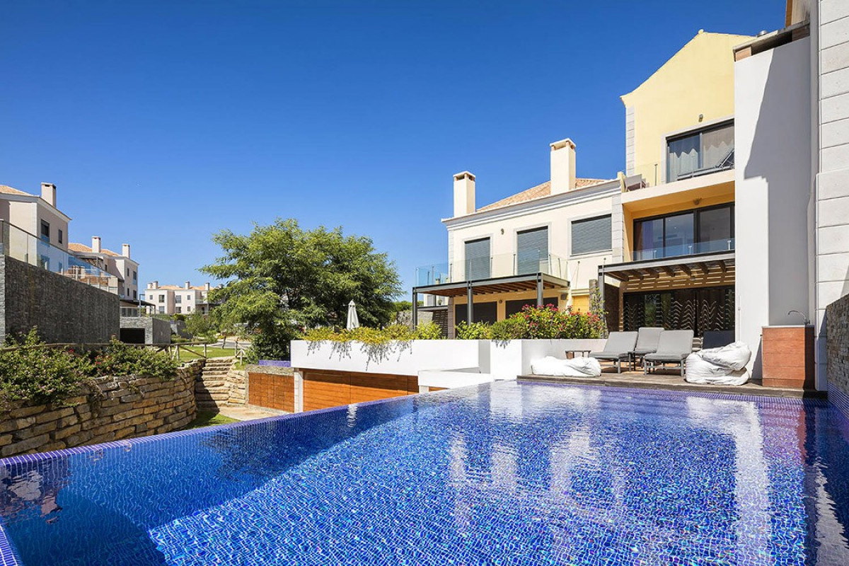 Modern 4 Bedroom Apartment with Private Pool & Jacuzzi