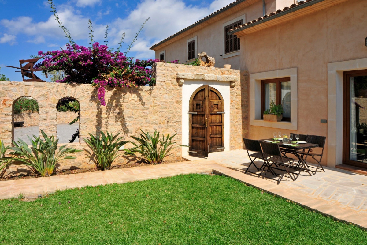 Traditional 6 Bedroom Villa with Casita and Pool
