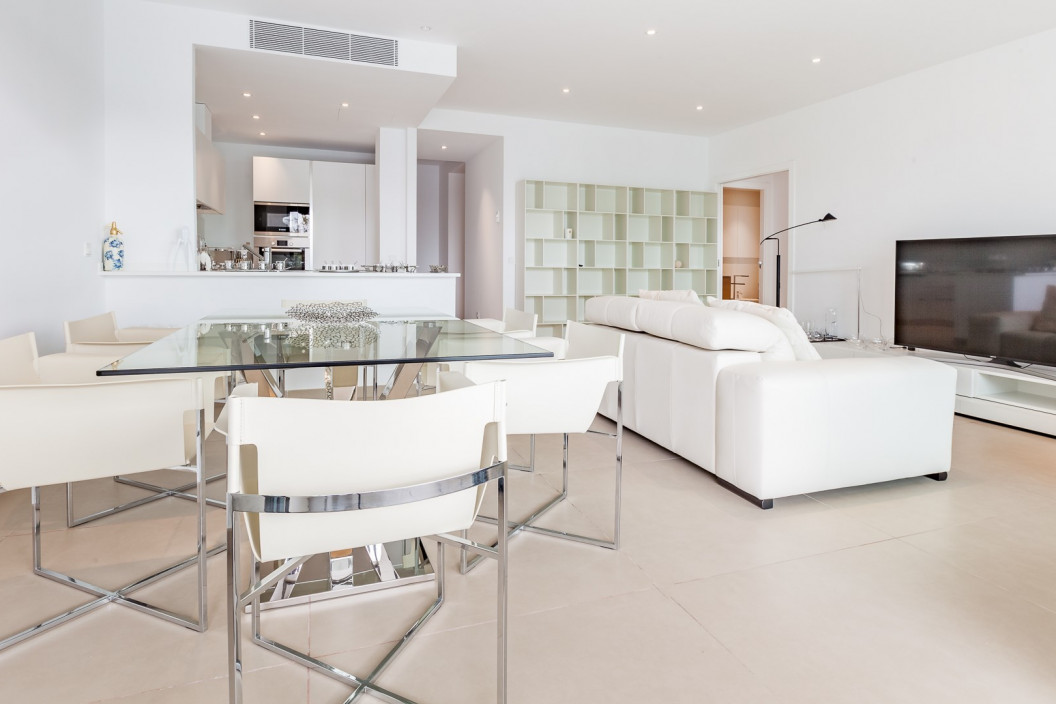 Modern 2 Bedroom Apartment with Direct Beach Access
