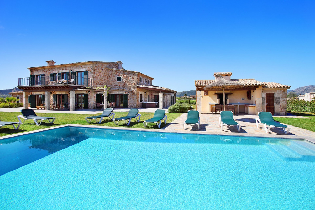 Modern 5 Bedroom Villa with Large Pool & Table Tennis