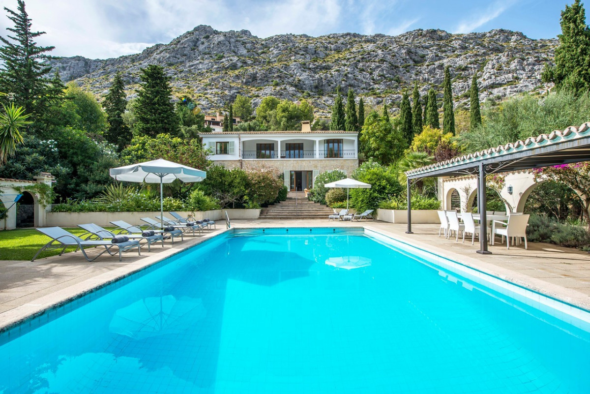 Traditional 5 Bedroom Villa with Large Pool & Mountain Views
