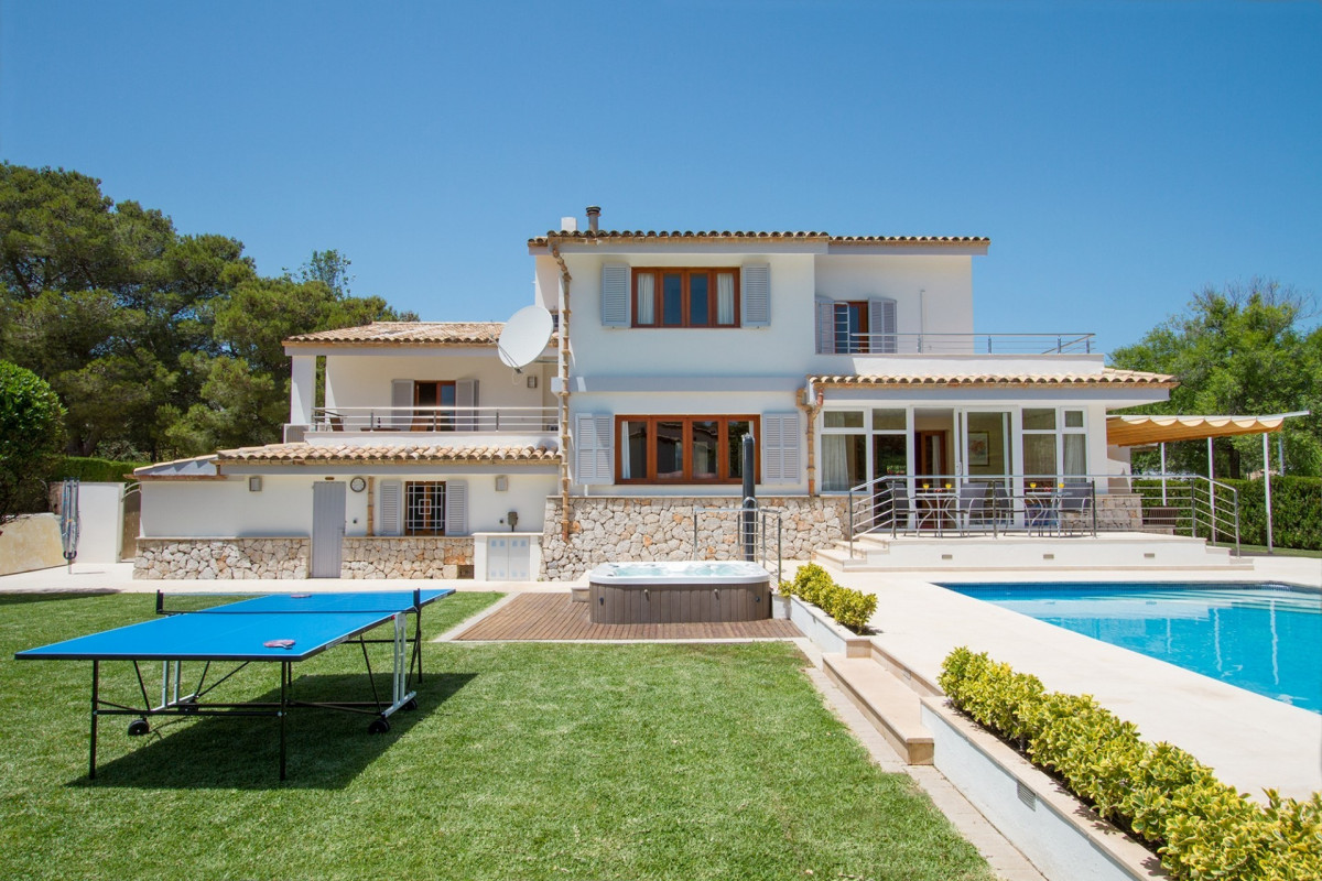 Modern 4 Bedroom Villa with Hot Tub & Private Pool