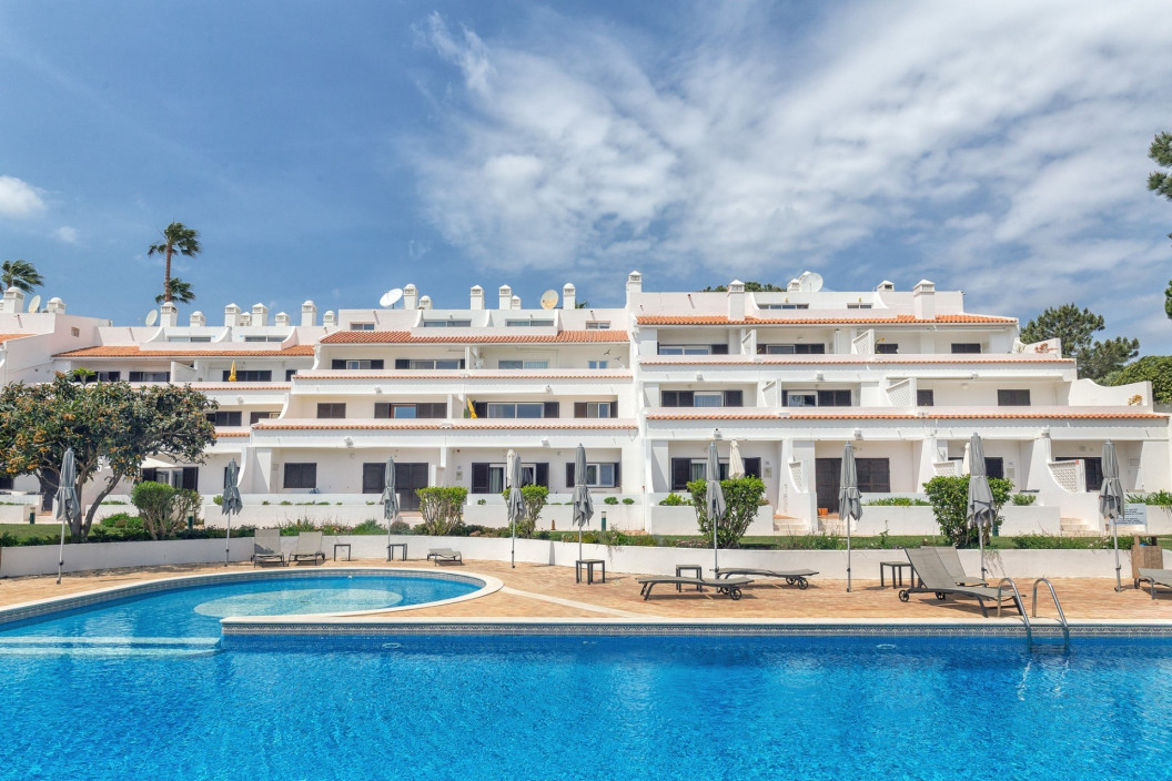 Modern 2 Bedroom Apartment with Communal Pool & Tennis Court